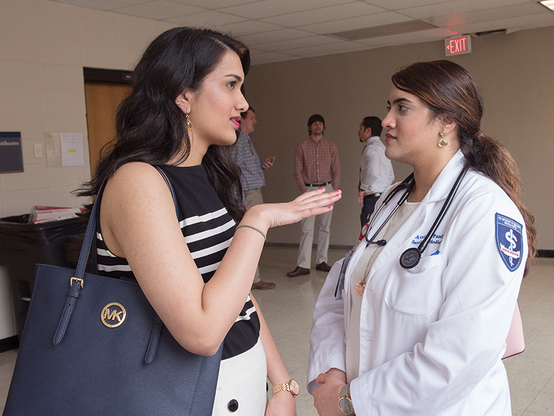 Niki Patel, left, a first-year student in the School of Graduate Studies in the Health Sciences, has a orientation day rendezvous with her sister Avani Patel, a third-year medical student.