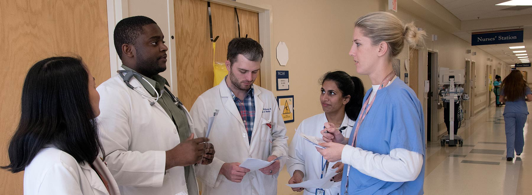 Residents making rounds with School of Medicine faculty
